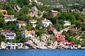 Case e capanne sulla riva e colline del fiordo di bergen. — Foto Stock