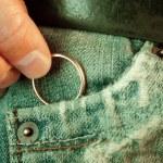 Hiding a golden ring — Stock Photo