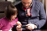 Father and daughter on train with smart phone — Стоковое фото