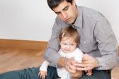 Papá no es muy hábil vestirse babys — Foto de Stock