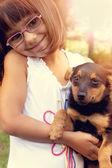 快乐的小女孩与她的狗 — 图库照片