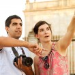 Attractive couple of tourists visiting the city — Stock Photo