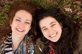 Happy teen girls sharing music — Stock Photo