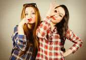 Funny hipster girls making faces — Stock Photo