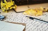 старое письмо, ручка, книга и желтые листья — Стоковое фото