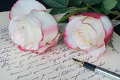 Old letter, pen and and two roses — Stock Photo