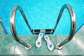 Schody w basenie — Zdjęcie stockowe