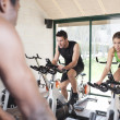 due amici sono in una classe di spinning in palestra — Foto Stock