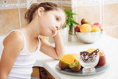 4 years old girl having healthy breakfast. It seems she does not like much — Stock Photo