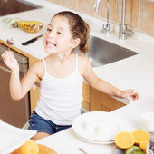 4 years old girl having healthy breakfast — Stock Photo