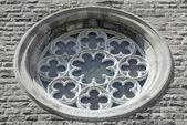 Decoratieve venster van een kerk — Stockfoto