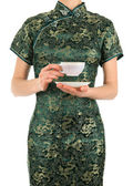 Mulher de vestido chinês segurando uma xícara de chá — Fotografia Stock