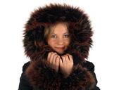 Jeune fille hiver souriante avec une capuche de fourrure — Photo