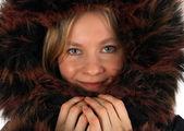 Souriante jeune femme avec un capuchon de fourrure — Photo