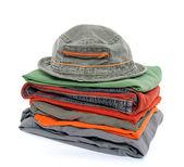Cappello e coloratissimi vestiti casual — Foto Stock