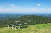 Picnic table in mountains — Stockfoto
