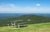 Piknik masa dağlarda — Stok fotoğraf