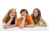 трое друзей расслабляющий — Стоковое фото