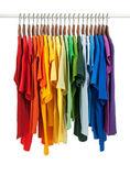 Cores do arco-íris, camisas em cabides de madeira — Foto Stock