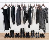 Zapatos y ropa femenina blanco y negro — Foto de Stock