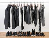 černé a bílé oblečení pro muže a ženy — Stock fotografie