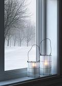 Lanternas aconchegantes e paisagem de inverno visto através da janela — Foto Stock