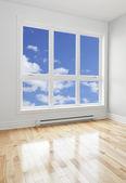 Leeren Raum und blauer Himmel durch das Fenster gesehen — Stockfoto