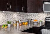 современная кухня с уютное освещение — Стоковое фото