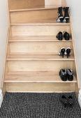 在一个木制的楼梯上的鞋子 — 图库照片