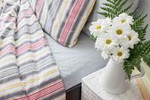 Beyaz çiçeklerle süslenmiş parlak yatak odası — Stok fotoğraf