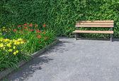 Çiçekli Bahçe ahşap Bank — Stok fotoğraf