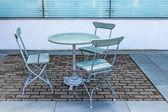 Tisch und drei stühlen in einem café im freien — Stockfoto