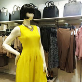 Mannequin in yellow dress — Stock Photo