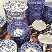 Blue ceramic plates and cups — Stockfoto