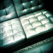 блестящий кожаный диван — Стоковое фото