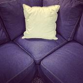Divano tessuto blu con cuscino bianco — Foto Stock