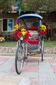 Fahrrad-dreirad mit blumen verziert — Stockfoto