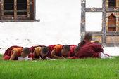 Paro, bhutan - 4 september: beginners leren de leer van de boeddha op september 4,2013 in paro, bhutan — Stockfoto