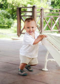 çocuk yürümeyi öğrenme — Stok fotoğraf