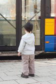 Child at bus stop — Stock Photo
