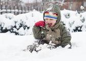 Niño jugando en la nieve — Foto de Stock