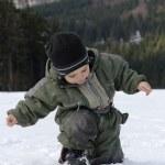 Child walking in snow — Stok fotoğraf