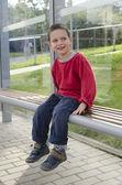 Dítě na autobusové zastávce — Stock fotografie