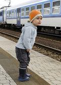 Child at train station — Foto Stock