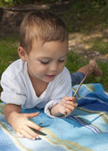 Dışarıda oynayan çocuk — Stok fotoğraf