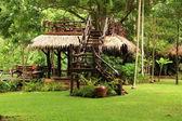 Cenador de madera al aire libre sobre paisaje rainforrest en tailandia. — Foto de Stock