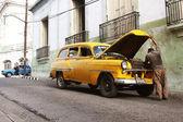 Viejo coche amarillo — Foto de Stock