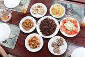 Bellamente decoradas mesa con alimentos — Foto de Stock