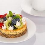 Cheese-cake, strawberries, blueberries and kiwi — Stock Photo