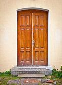Zdi domu s dřevěné dveře — Stock fotografie
